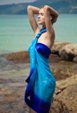 Kvinna i pareo på den tropiska stranden Fotografering för Bildbyråer
