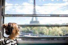 Kvinna i Paris gångtunneldrev Arkivbild