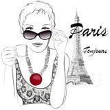 Kvinna i Paris som har kafét nästan Eiffeltorn Fotografering för Bildbyråer