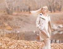 Kvinna i parken Arkivfoton