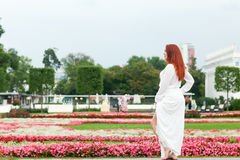 Kvinna i parkera royaltyfri foto