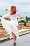 Kvinna i parkera arkivfoton
