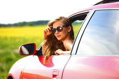Kvinna i röd bil Fotografering för Bildbyråer
