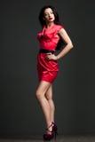 Kvinna i röd klänning Arkivbild