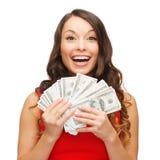 Kvinna i röd klänning med oss dollarpengar royaltyfria bilder