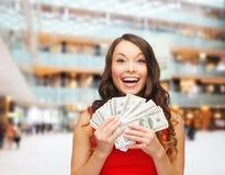 Kvinna i röd klänning med oss dollarpengar Royaltyfri Bild