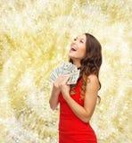 Kvinna i röd klänning med oss dollarpengar Royaltyfri Foto