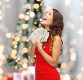 Kvinna i röd klänning med oss dollarpengar Arkivfoto