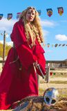 Kvinna i röd medeltida kläder på naturen Arkivbild