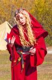 Kvinna i röd medeltida kläder på naturen Fotografering för Bildbyråer