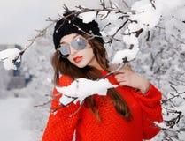 Kvinna i röd pullover Royaltyfria Bilder
