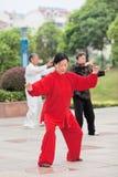 Kvinna i röda praktiserande Tai Chi, Yangzhou, Kina arkivbilder