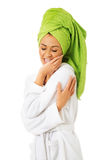 Kvinna i rörande framsida för badrock royaltyfri bild