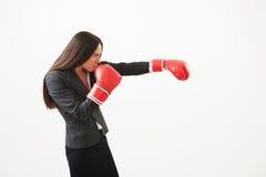 Kvinna i rött stansa för boxninghandskar Royaltyfri Bild