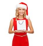 Kvinna i röd klänning med shoppingpåsen Royaltyfri Foto