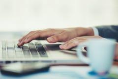 Kvinna i regeringsställning och arbeta på hennes bärbar dator Royaltyfria Bilder