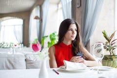 Kvinna i restaurang Arkivfoto