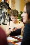 Kvinna i restoranen Royaltyfri Foto