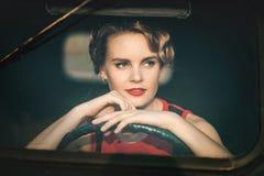 Kvinna i retro bil arkivbilder