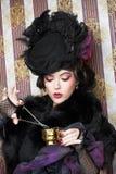 Kvinna i retro stil. Arkivfoton