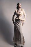 Kvinna i romantiskt mode för lång klänning för kjol vit fotografering för bildbyråer