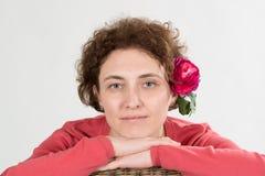 Kvinna i rosa färg royaltyfri fotografi