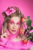 Kvinna i rosa färger. Arkivfoton