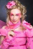 Kvinna i rosa färger. Arkivfoto