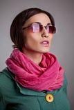 Kvinna i rosa halsduk med exponeringsglas Arkivfoto