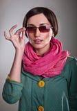 Kvinna i rosa halsduk med exponeringsglas Royaltyfria Foton