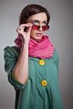Kvinna i rosa halsduk med exponeringsglas Fotografering för Bildbyråer