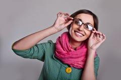 Kvinna i rosa halsduk med exponeringsglas Arkivbilder
