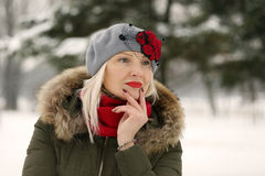 Kvinna i rött baskergulingfilter Royaltyfri Foto