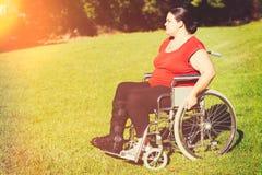 Kvinna i rullstol royaltyfri bild