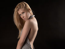 Kvinna i rygglös klänning Royaltyfri Fotografi
