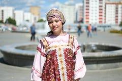 Kvinna i rysk folkdräkt Arkivfoto