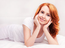 Kvinna i säng royaltyfria bilder