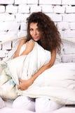 Kvinna i sängen arkivfoton