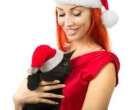Kvinna i Santa Claus Hat med Cat Santa - gullig julkatt, Ch Royaltyfri Bild