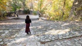 Kvinna i saronger i amfiteater royaltyfri bild