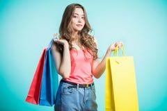 Kvinna i shopping bags den lyckliga shoppingkvinnan Ungdom shopping, livsstil Royaltyfri Foto