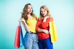 Kvinna i shopping Lycklig kvinna med shoppingpåsar som tycker om i shopping Fotografering för Bildbyråer