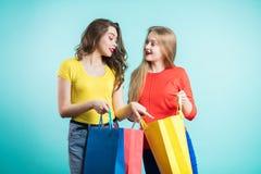 Kvinna i shopping Lycklig kvinna med shoppingpåsar som tycker om i shopping Consumerism shopping, livsstilbegrepp Arkivbilder