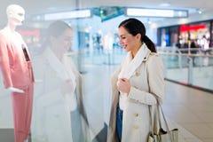 Kvinna i shoppinggalleria Fotografering för Bildbyråer