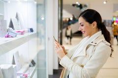 Kvinna i shoppinggalleria Royaltyfria Foton