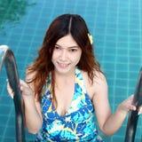Kvinna i simbassäng Arkivbilder