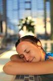 Kvinna i simbassäng Arkivfoton