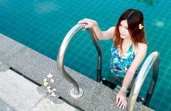Kvinna i simbassäng Royaltyfri Foto