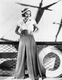 Kvinna i sjömandräkt (alla visade personer inte är längre uppehälle, och inget gods finns Leverantörgarantier att det ska finnas  Arkivbild