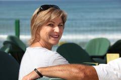 Kvinna i sjösidacafe Fotografering för Bildbyråer